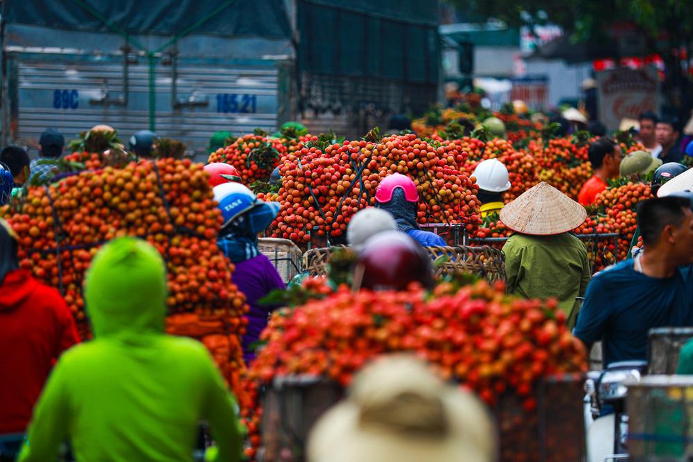 Lục Ngạn (Bắc Giang) mùa vải chín: Phiên chợ rực rỡ sắc đỏ - Ảnh 3.
