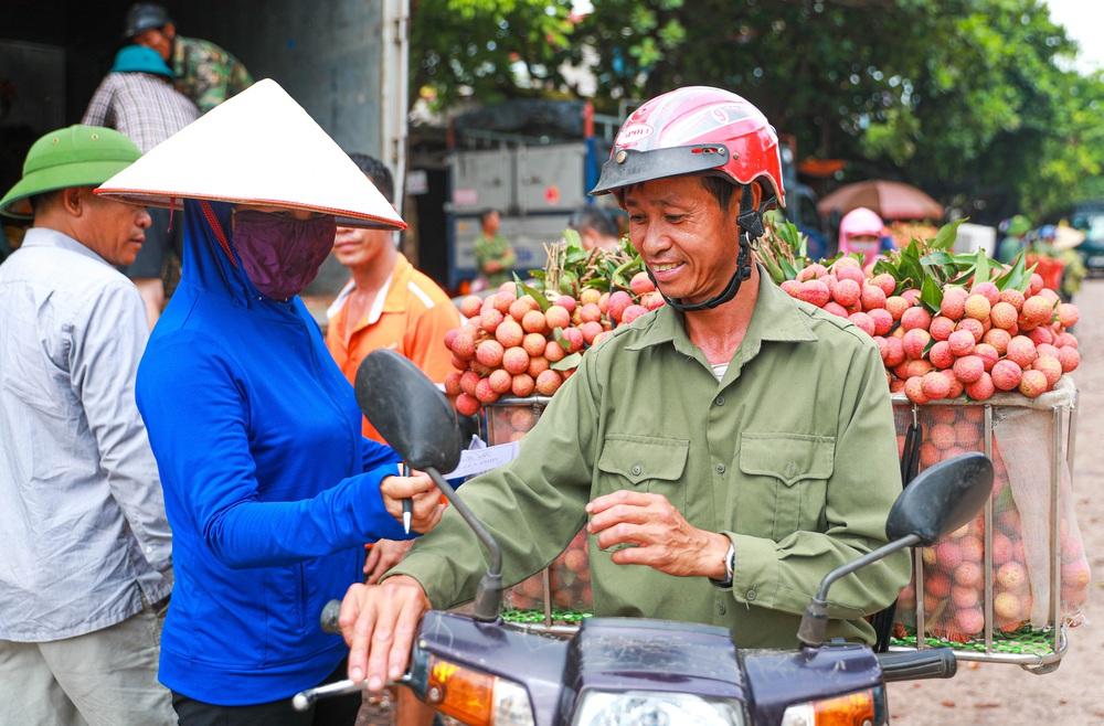 Lục Ngạn (Bắc Giang) mùa vải chín: Phiên chợ rực rỡ sắc đỏ - Ảnh 8.