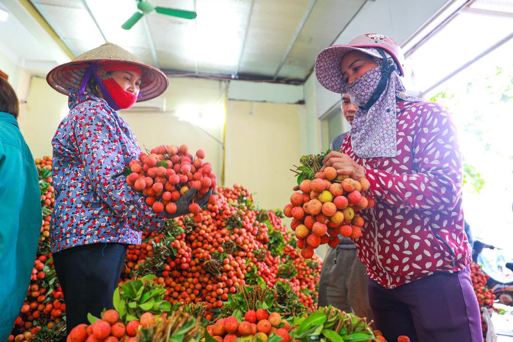 Lục Ngạn (Bắc Giang) mùa vải chín: Phiên chợ rực rỡ sắc đỏ - Ảnh 9.