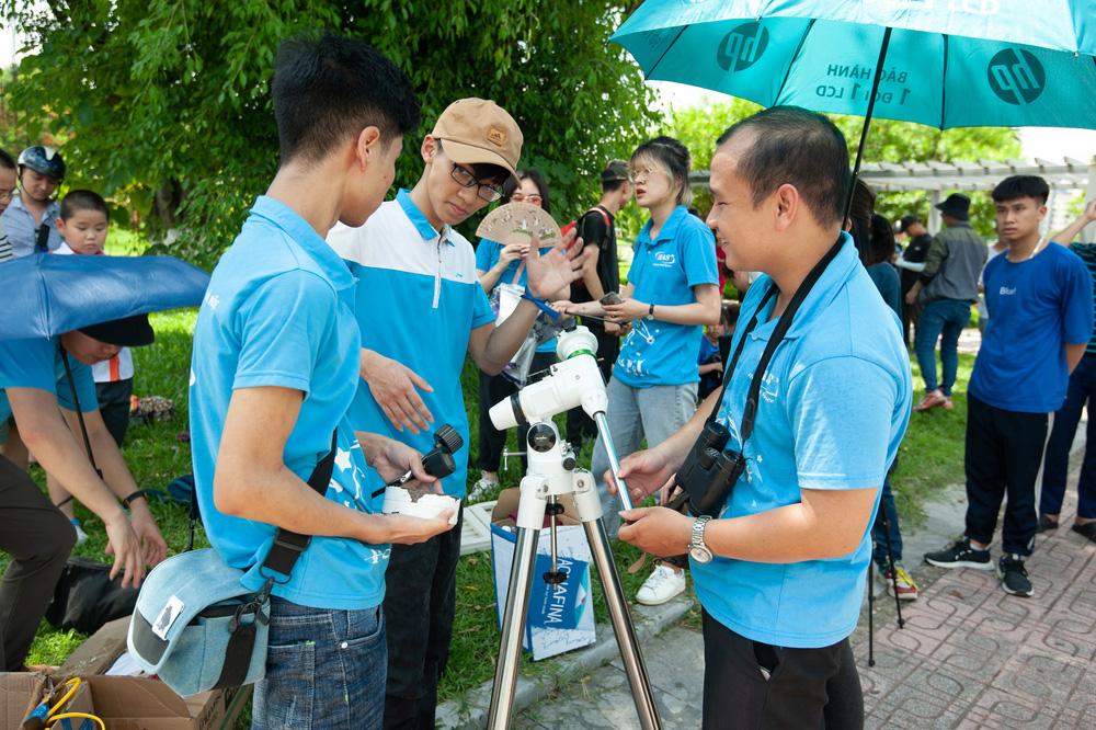 Bất chấp nắng nóng, người Hà Nội thích thú ngắm nhật thực hình khuyên hiếm thấy - Ảnh 3.