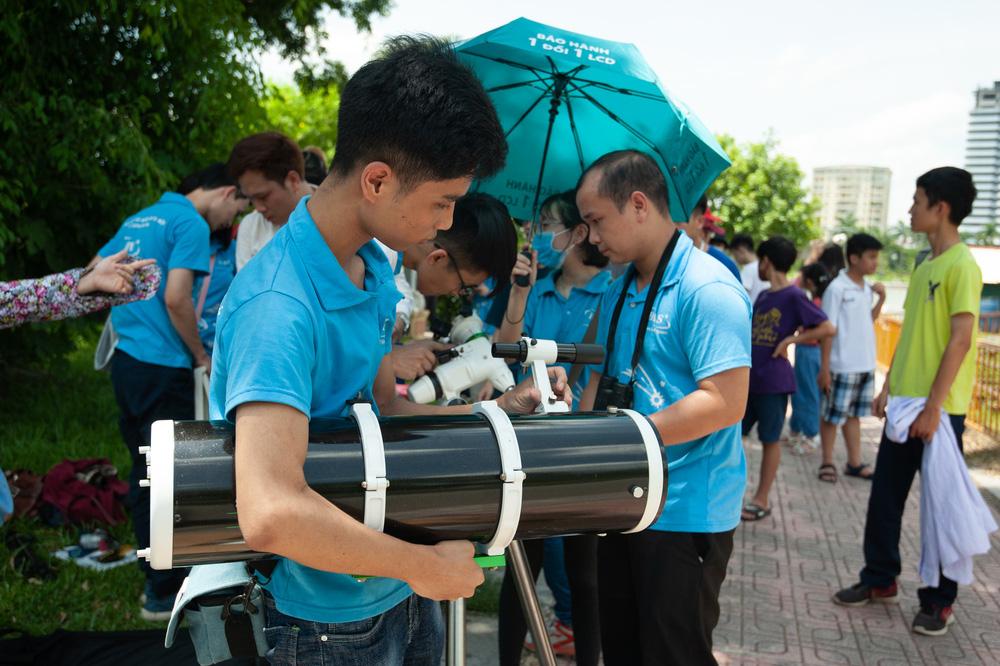 Bất chấp nắng nóng, người Hà Nội thích thú ngắm nhật thực hình khuyên hiếm thấy - Ảnh 4.