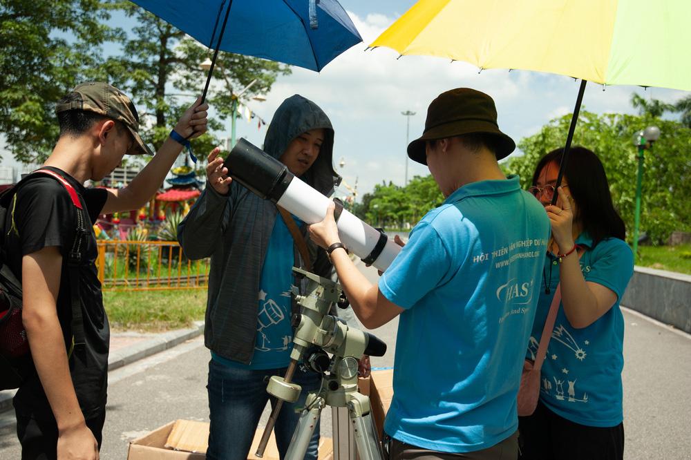 Bất chấp nắng nóng, người Hà Nội thích thú ngắm nhật thực hình khuyên hiếm thấy - Ảnh 5.