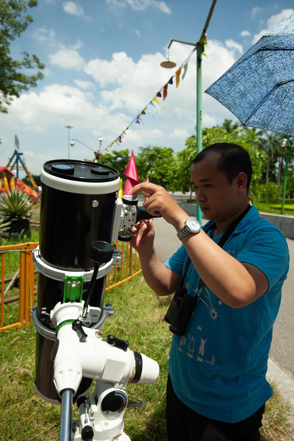 Bất chấp nắng nóng, người Hà Nội thích thú ngắm nhật thực hình khuyên hiếm thấy - Ảnh 6.