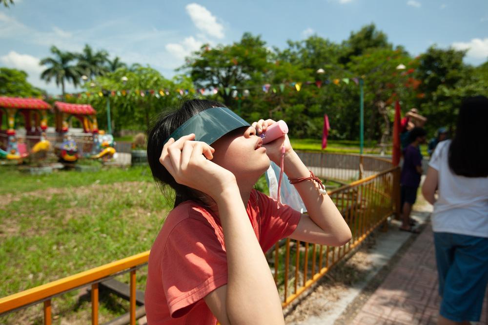 Bất chấp nắng nóng, người Hà Nội thích thú ngắm nhật thực hình khuyên hiếm thấy - Ảnh 22.