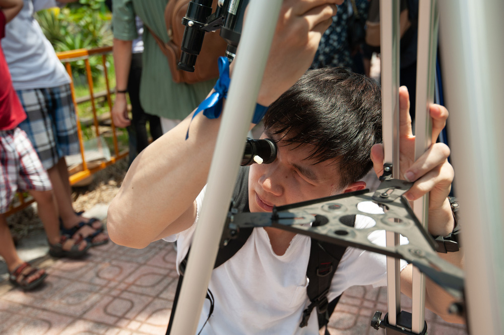 Bất chấp nắng nóng, người Hà Nội thích thú ngắm nhật thực hình khuyên hiếm thấy - Ảnh 20.