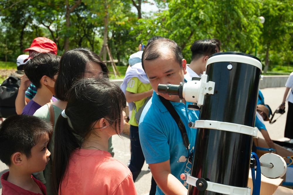 Bất chấp nắng nóng, người Hà Nội thích thú ngắm nhật thực hình khuyên hiếm thấy - Ảnh 7.
