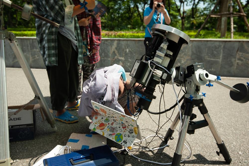 Bất chấp nắng nóng, người Hà Nội thích thú ngắm nhật thực hình khuyên hiếm thấy - Ảnh 8.