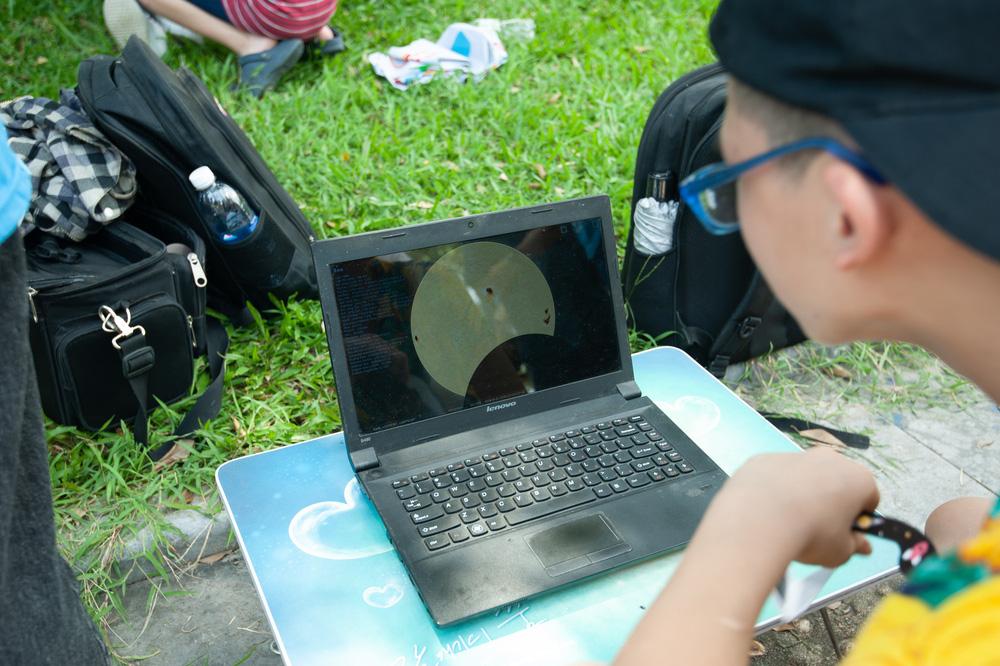 Bất chấp nắng nóng, người Hà Nội thích thú ngắm nhật thực hình khuyên hiếm thấy - Ảnh 21.