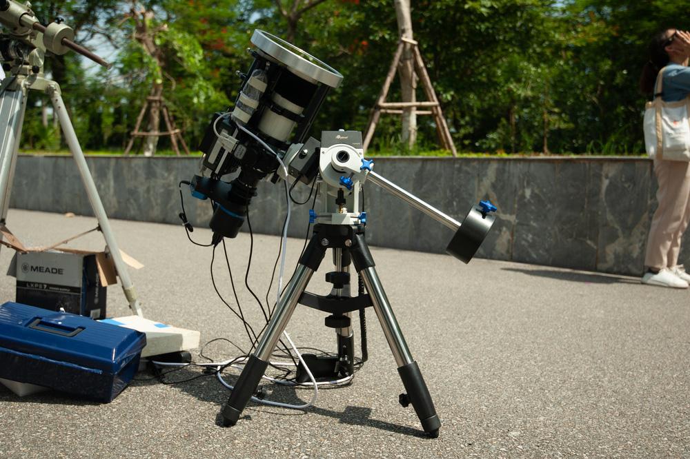 Bất chấp nắng nóng, người Hà Nội thích thú ngắm nhật thực hình khuyên hiếm thấy - Ảnh 12.