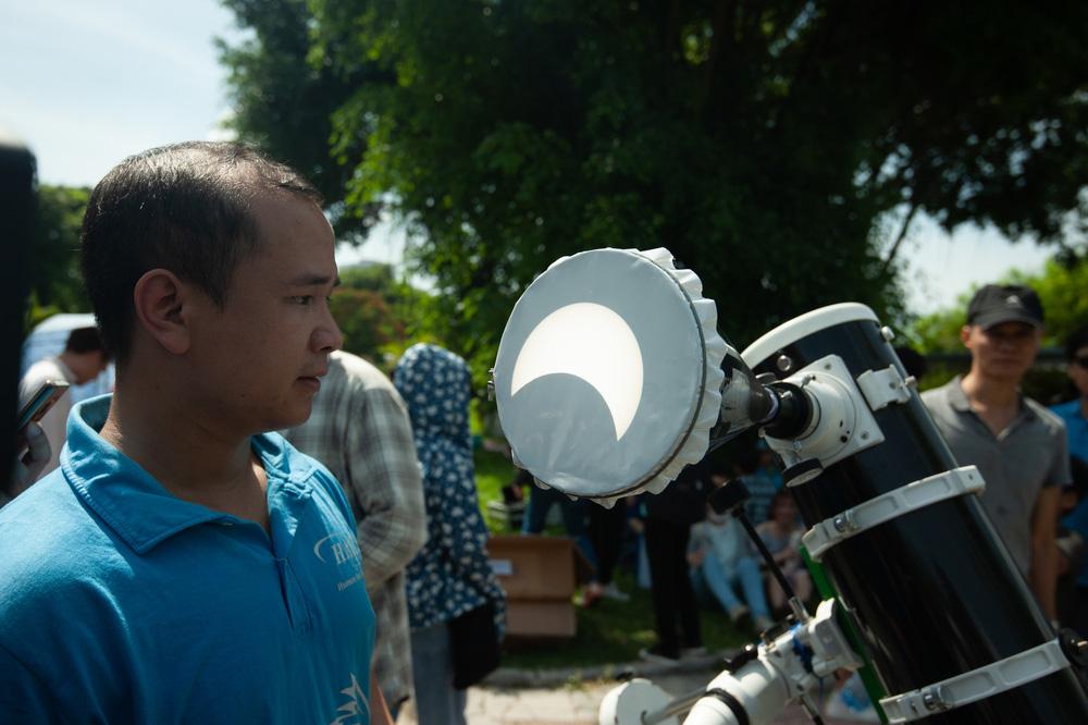 Bất chấp nắng nóng, người Hà Nội thích thú ngắm nhật thực hình khuyên hiếm thấy - Ảnh 18.