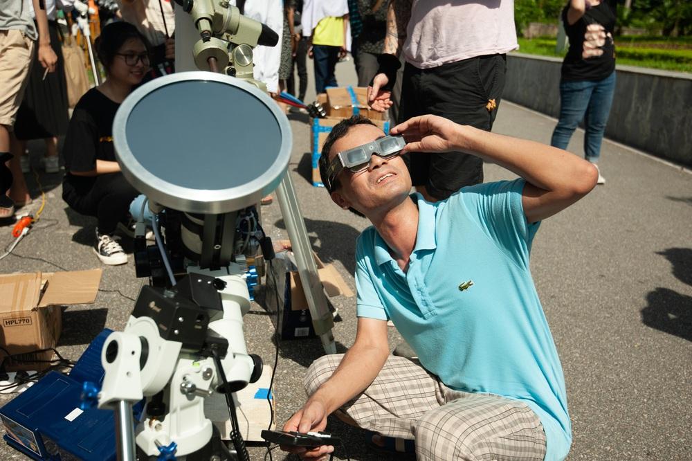 Bất chấp nắng nóng, người Hà Nội thích thú ngắm nhật thực hình khuyên hiếm thấy - Ảnh 9.