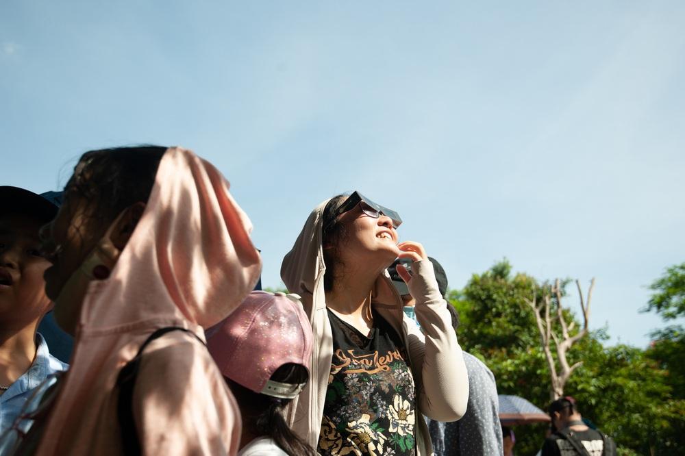 Bất chấp nắng nóng, người Hà Nội thích thú ngắm nhật thực hình khuyên hiếm thấy - Ảnh 19.