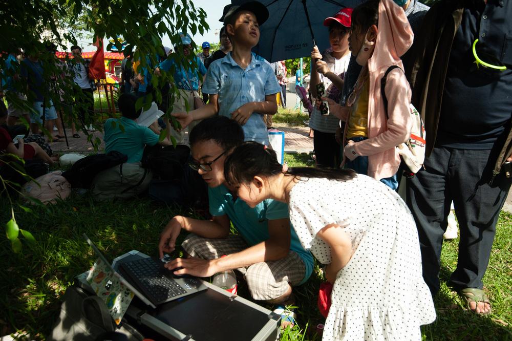 Bất chấp nắng nóng, người Hà Nội thích thú ngắm nhật thực hình khuyên hiếm thấy - Ảnh 16.