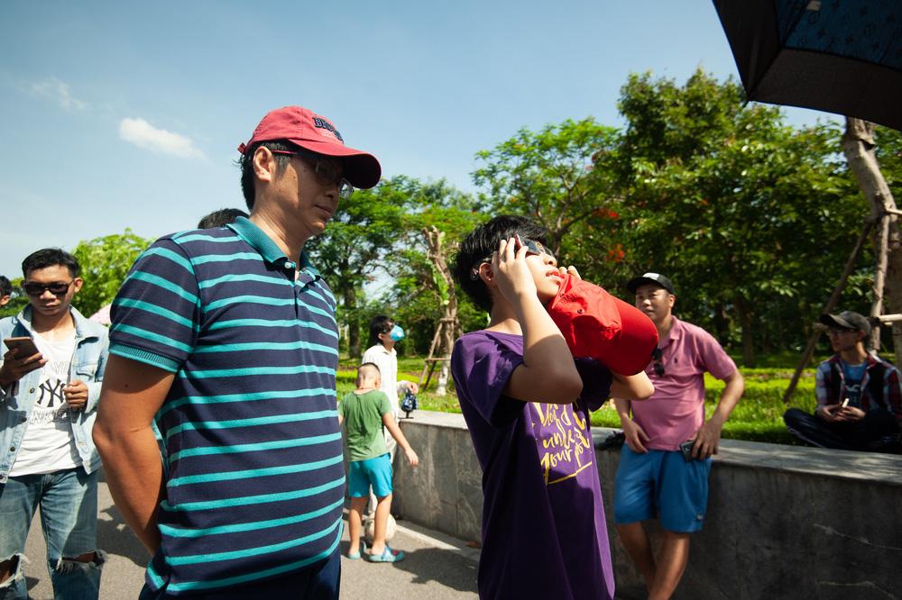 Bất chấp nắng nóng, người Hà Nội thích thú ngắm nhật thực hình khuyên hiếm thấy - Ảnh 17.