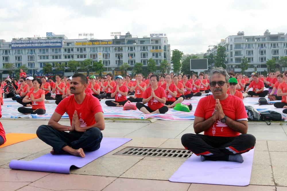 Gần 3.000 người đồng diễn yoga bên Vịnh Hạ Long - Ảnh 1.