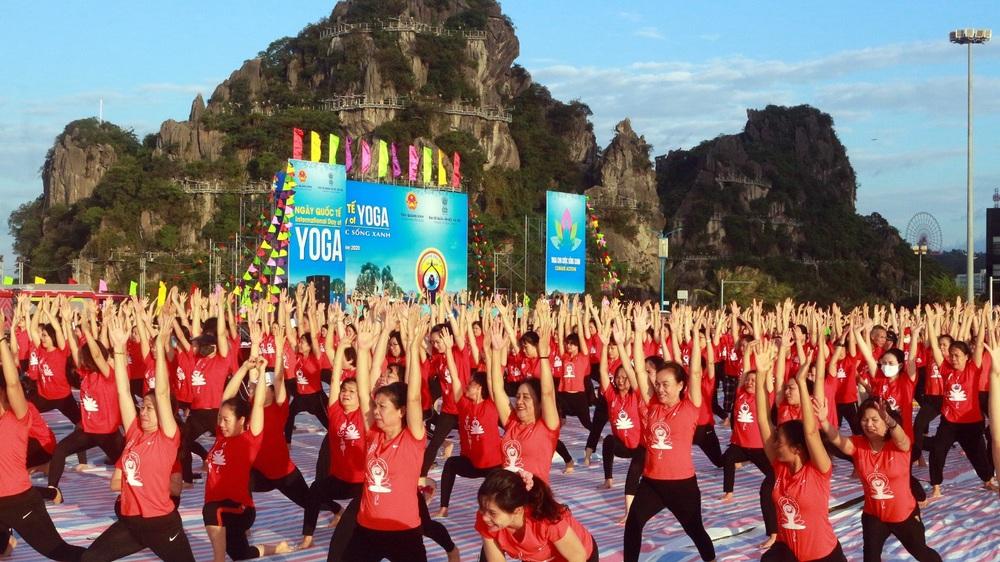 Gần 3.000 người đồng diễn yoga bên Vịnh Hạ Long - Ảnh 2.