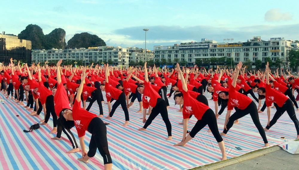 Gần 3.000 người đồng diễn yoga bên Vịnh Hạ Long - Ảnh 3.