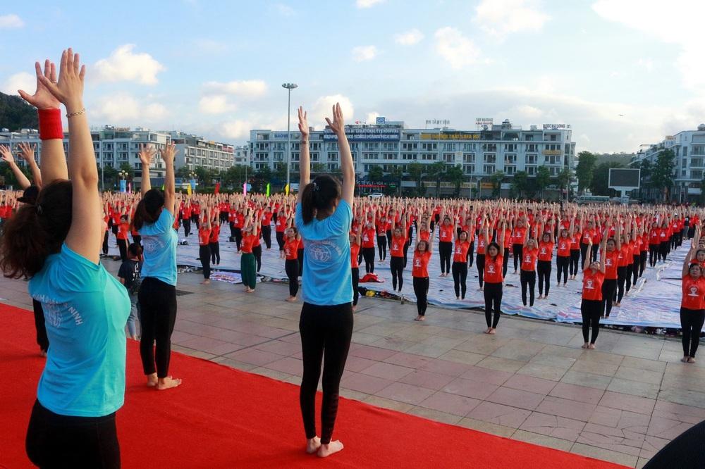 Gần 3.000 người đồng diễn yoga bên Vịnh Hạ Long - Ảnh 4.