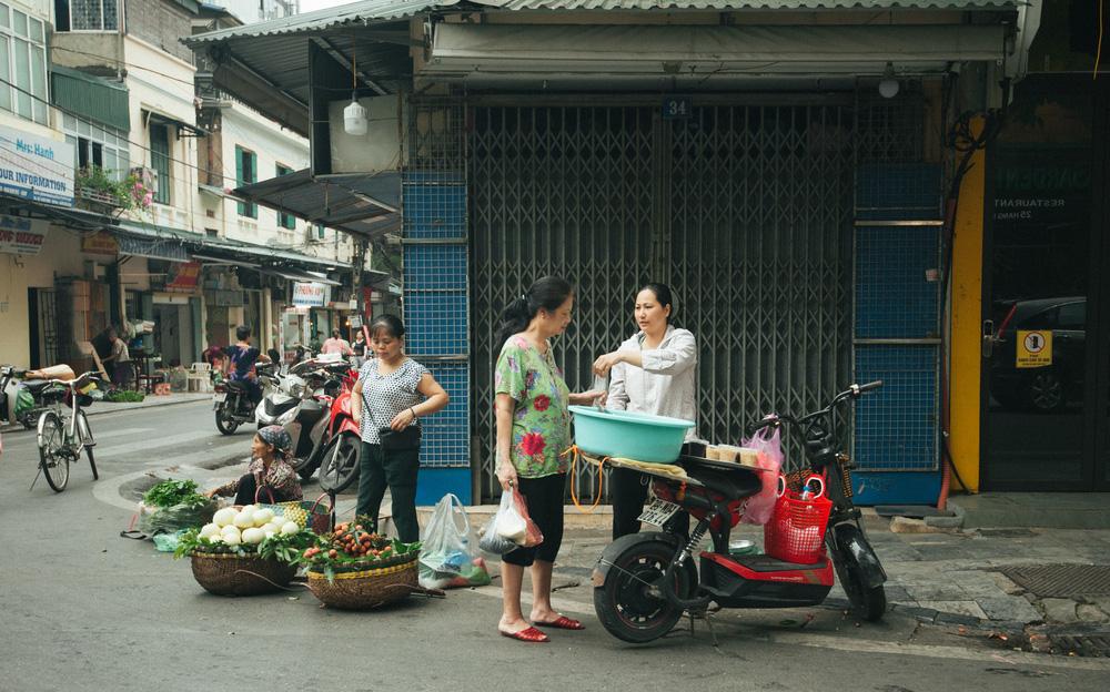Người Hà Nội nhộn nhịp chuẩn bị tết Đoan Ngọ từ sáng sớm - Ảnh 6.