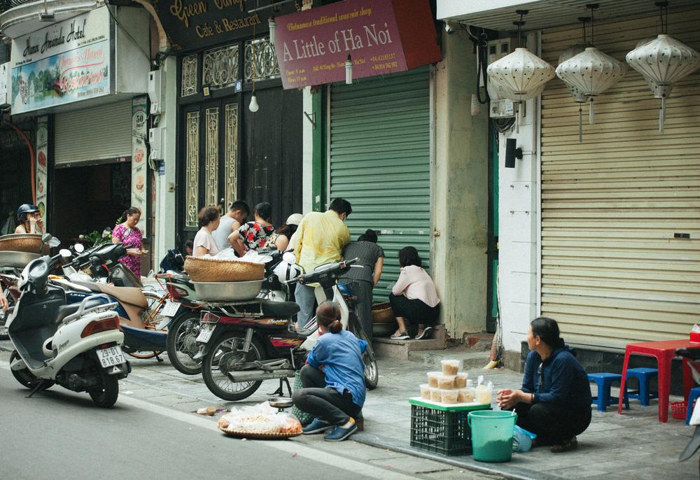 Người Hà Nội nhộn nhịp chuẩn bị tết Đoan Ngọ từ sáng sớm - Ảnh 1.