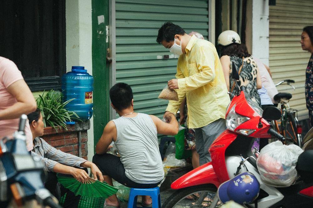 Người Hà Nội nhộn nhịp chuẩn bị tết Đoan Ngọ từ sáng sớm - Ảnh 2.