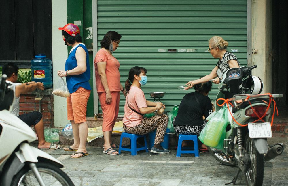 Người Hà Nội nhộn nhịp chuẩn bị tết Đoan Ngọ từ sáng sớm - Ảnh 3.