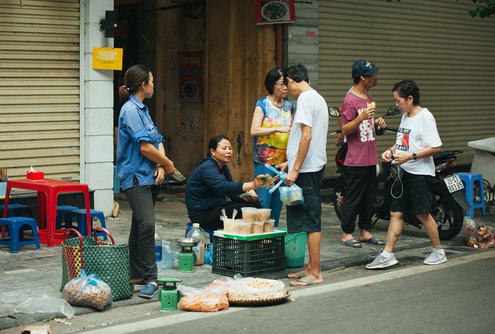 Người Hà Nội nhộn nhịp chuẩn bị tết Đoan Ngọ từ sáng sớm - Ảnh 4.