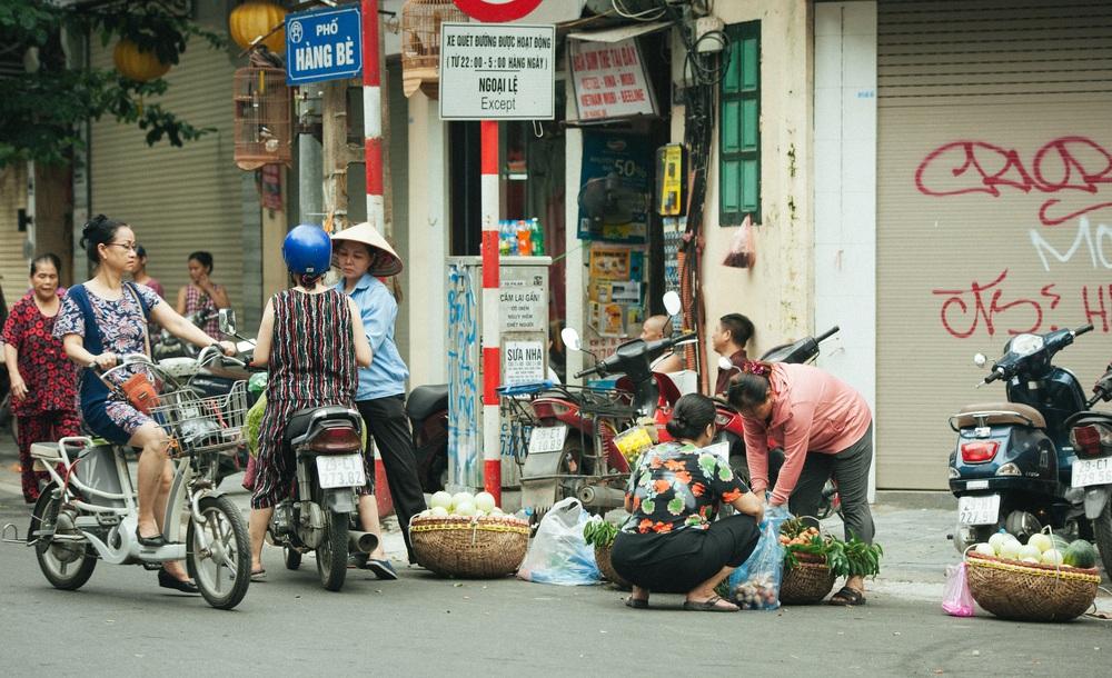 Người Hà Nội nhộn nhịp chuẩn bị tết Đoan Ngọ từ sáng sớm - Ảnh 13.