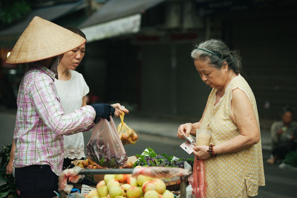 Người Hà Nội nhộn nhịp chuẩn bị tết Đoan Ngọ từ sáng sớm - Ảnh 12.