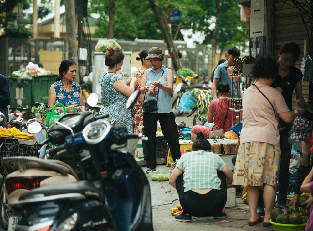 Người Hà Nội nhộn nhịp chuẩn bị tết Đoan Ngọ từ sáng sớm - Ảnh 7.