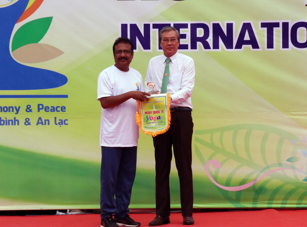 Gần 1.000 người đồng diễn nhân Ngày Quốc tế Yoga tại Ninh Thuận - Ảnh 1.