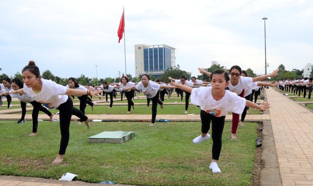 Gần 1.000 người đồng diễn nhân Ngày Quốc tế Yoga tại Ninh Thuận - Ảnh 4.