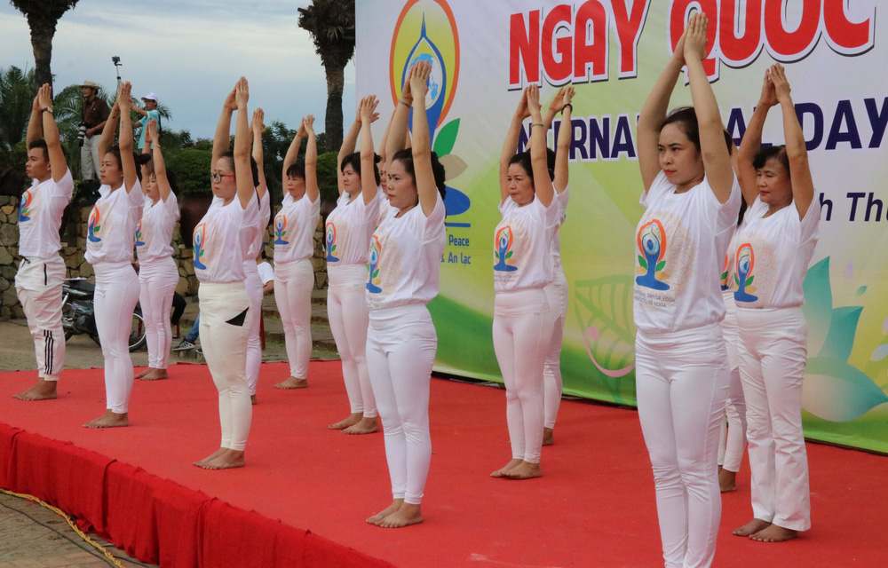 Gần 1.000 người đồng diễn nhân Ngày Quốc tế Yoga tại Ninh Thuận - Ảnh 2.