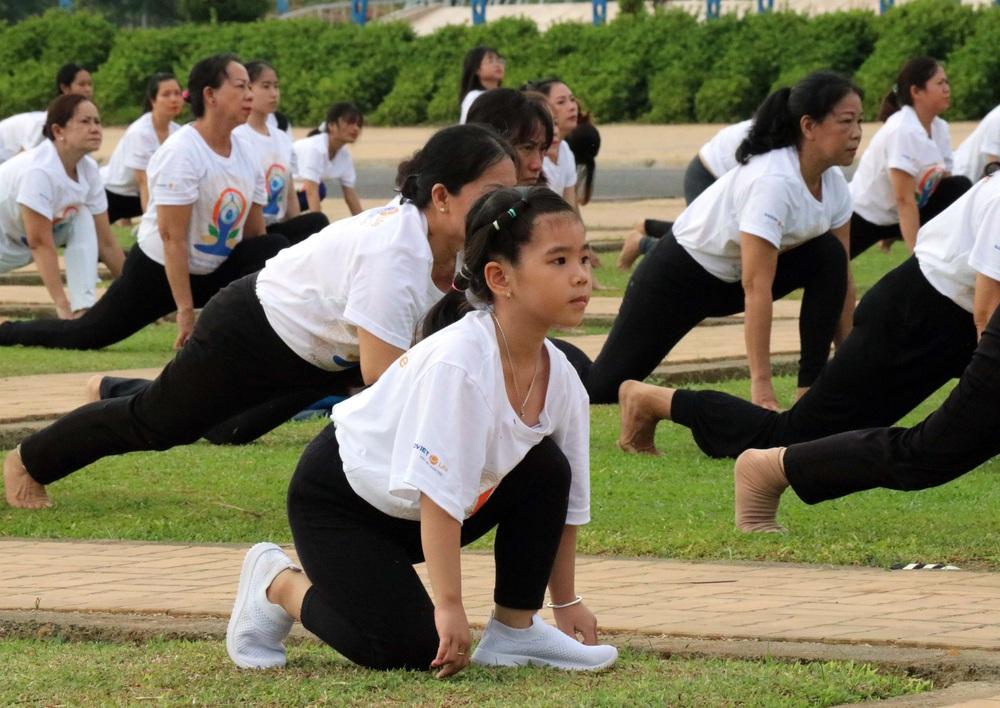 Gần 1.000 người đồng diễn nhân Ngày Quốc tế Yoga tại Ninh Thuận - Ảnh 7.