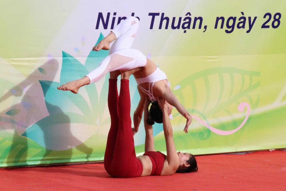 Gần 1.000 người đồng diễn nhân Ngày Quốc tế Yoga tại Ninh Thuận - Ảnh 3.