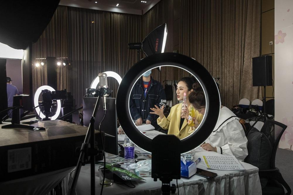 Nữ hoàng bán hàng online từ mỹ phẩm cho đến… tên lửa, và ngành công nghiệp livestreaming tỷ đô - Ảnh 4.