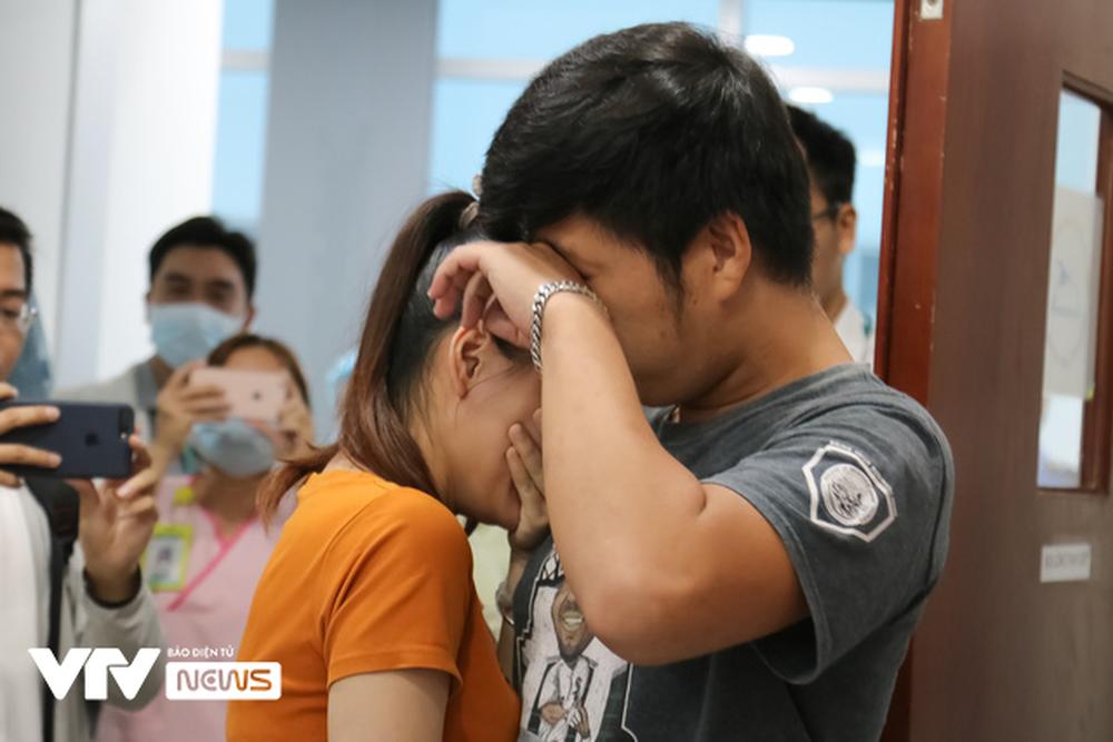 Ba mẹ cặp chị em Song Nhi không kìm được nước mắt trước ca đại phẫu tách dính - Ảnh 12.