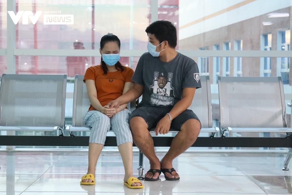 Ba mẹ cặp chị em Song Nhi không kìm được nước mắt trước ca đại phẫu tách dính - Ảnh 13.