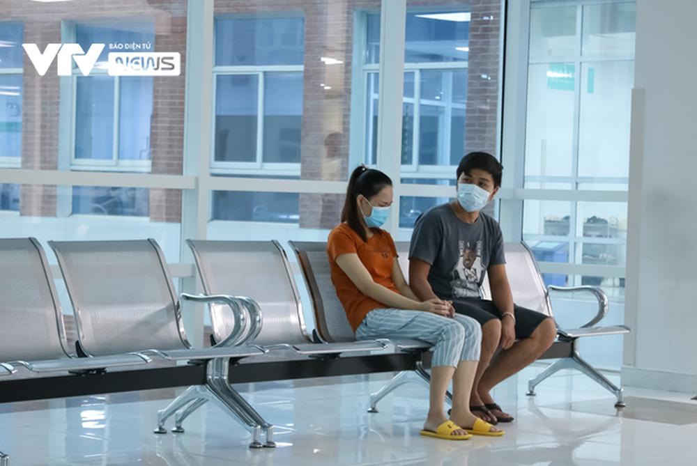 Ba mẹ cặp chị em Song Nhi không kìm được nước mắt trước ca đại phẫu tách dính - Ảnh 14.