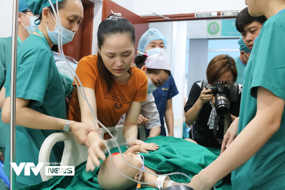 Ba mẹ cặp chị em Song Nhi không kìm được nước mắt trước ca đại phẫu tách dính - Ảnh 8.