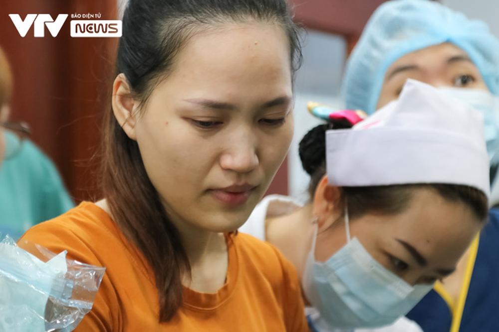 Ba mẹ cặp chị em Song Nhi không kìm được nước mắt trước ca đại phẫu tách dính - Ảnh 9.