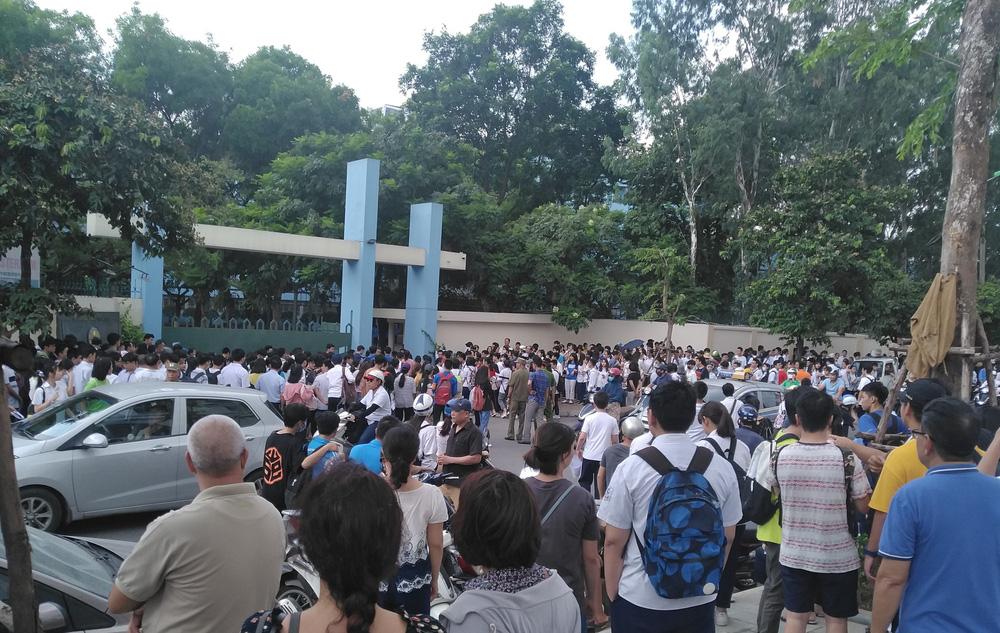 Hôm nay (16/7), gần 89.000 thí sinh làm thủ tục dự thi vào lớp 10 năm 2020 tại Hà Nội - Ảnh 1.