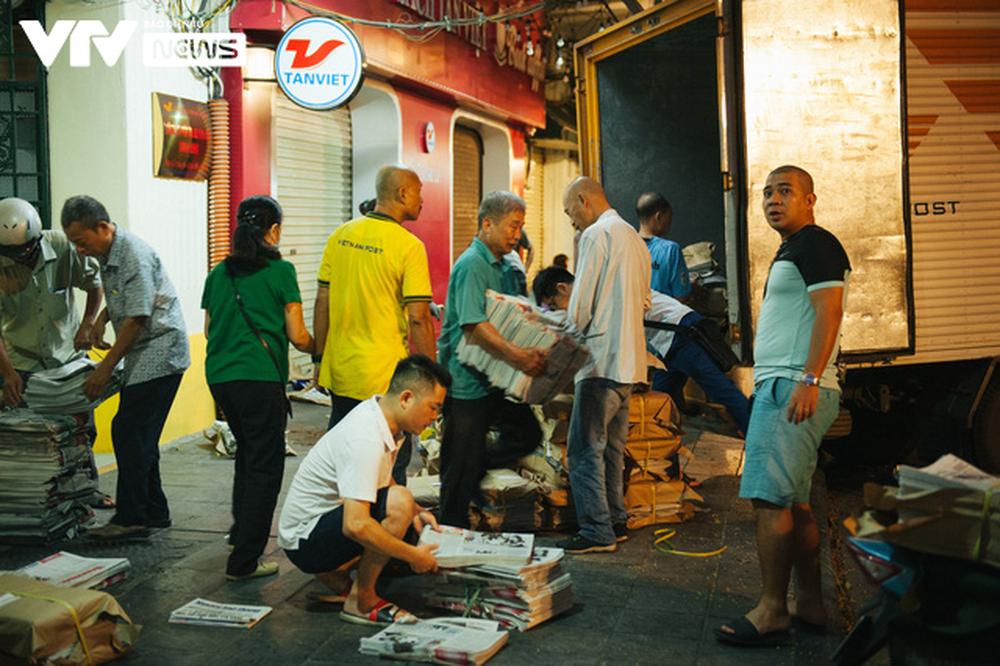 Nhộn nhịp chợ báo giấy mỗi sáng ở Thủ đô - Ảnh 1.