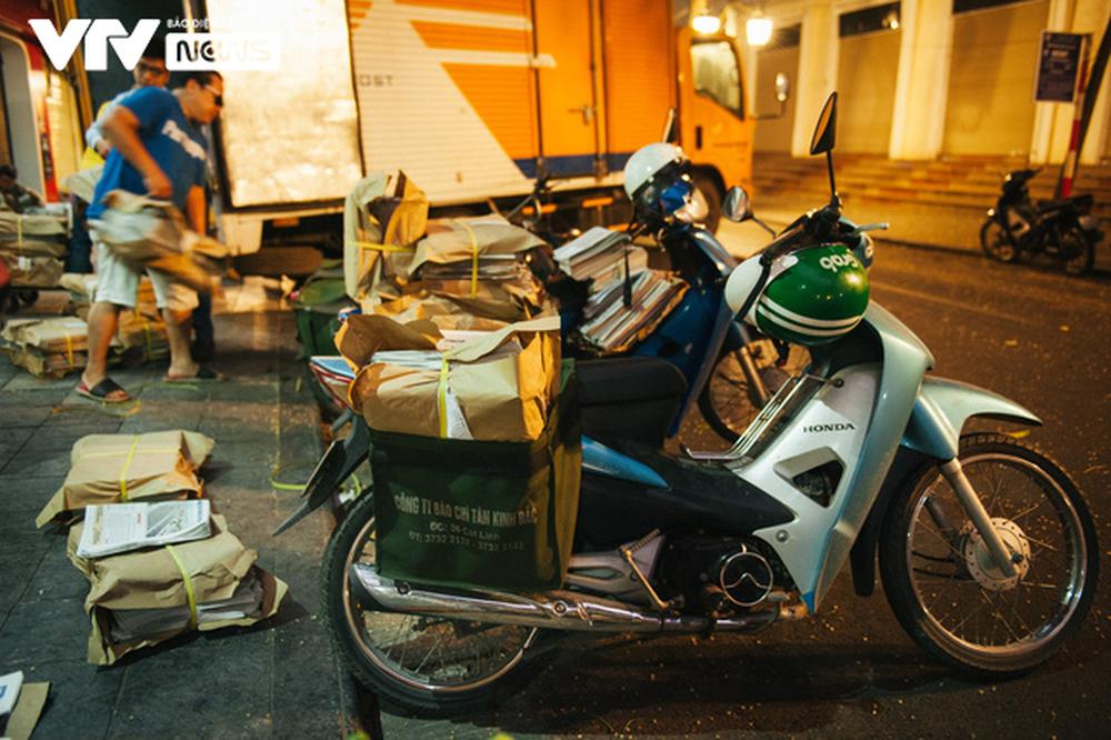 Nhộn nhịp chợ báo giấy mỗi sáng ở Thủ đô - Ảnh 2.