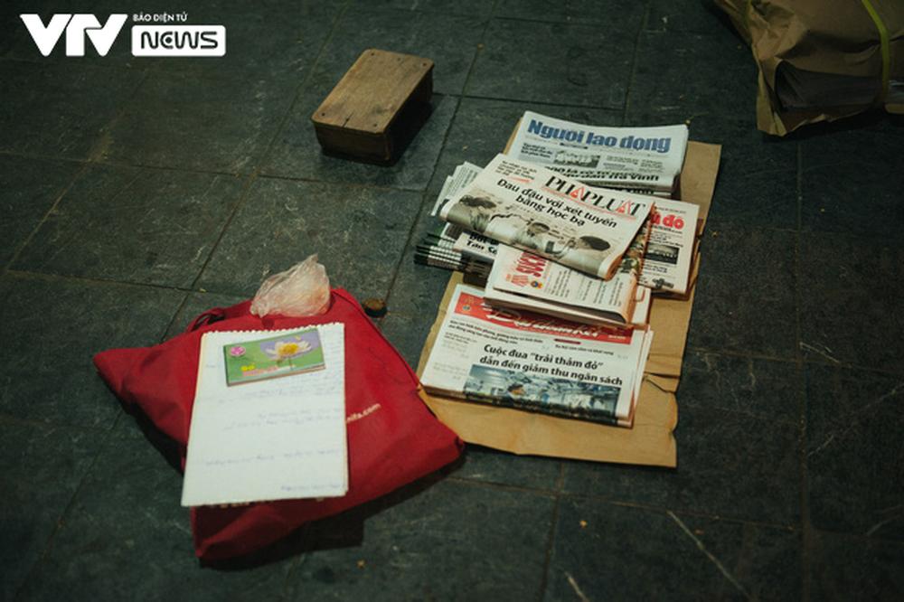 Nhộn nhịp chợ báo giấy mỗi sáng ở Thủ đô - Ảnh 12.