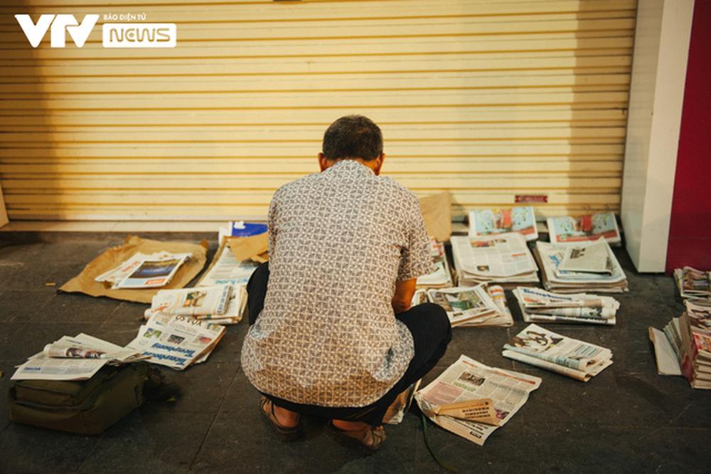 Nhộn nhịp chợ báo giấy mỗi sáng ở Thủ đô - Ảnh 6.