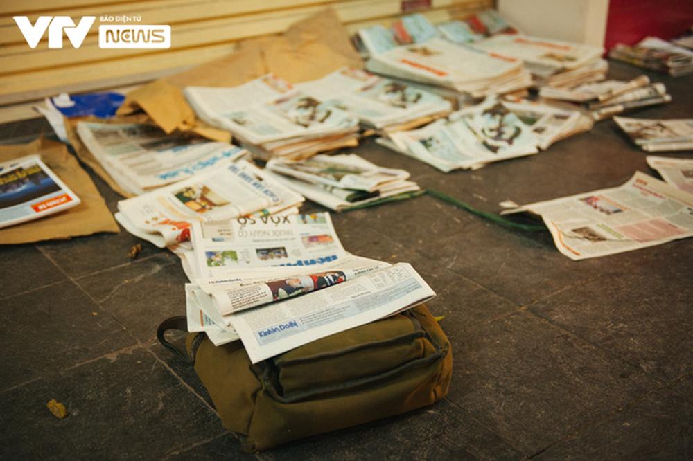 Nhộn nhịp chợ báo giấy mỗi sáng ở Thủ đô - Ảnh 11.
