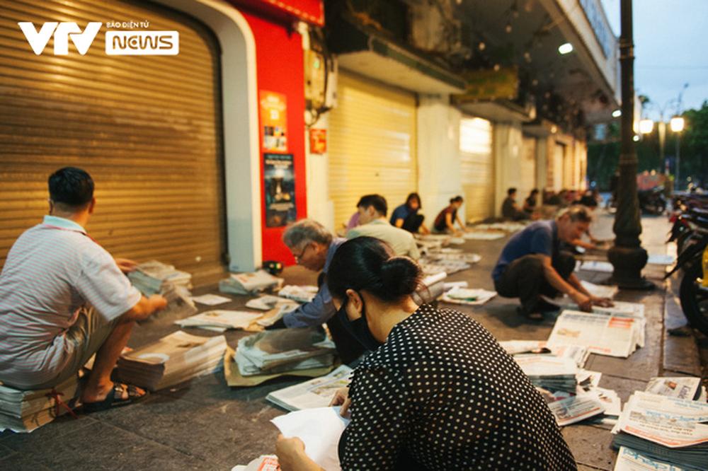 Nhộn nhịp chợ báo giấy mỗi sáng ở Thủ đô - Ảnh 4.