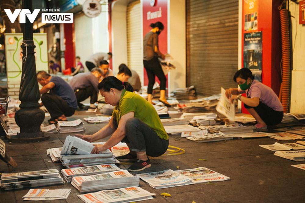 Nhộn nhịp chợ báo giấy mỗi sáng ở Thủ đô - Ảnh 3.