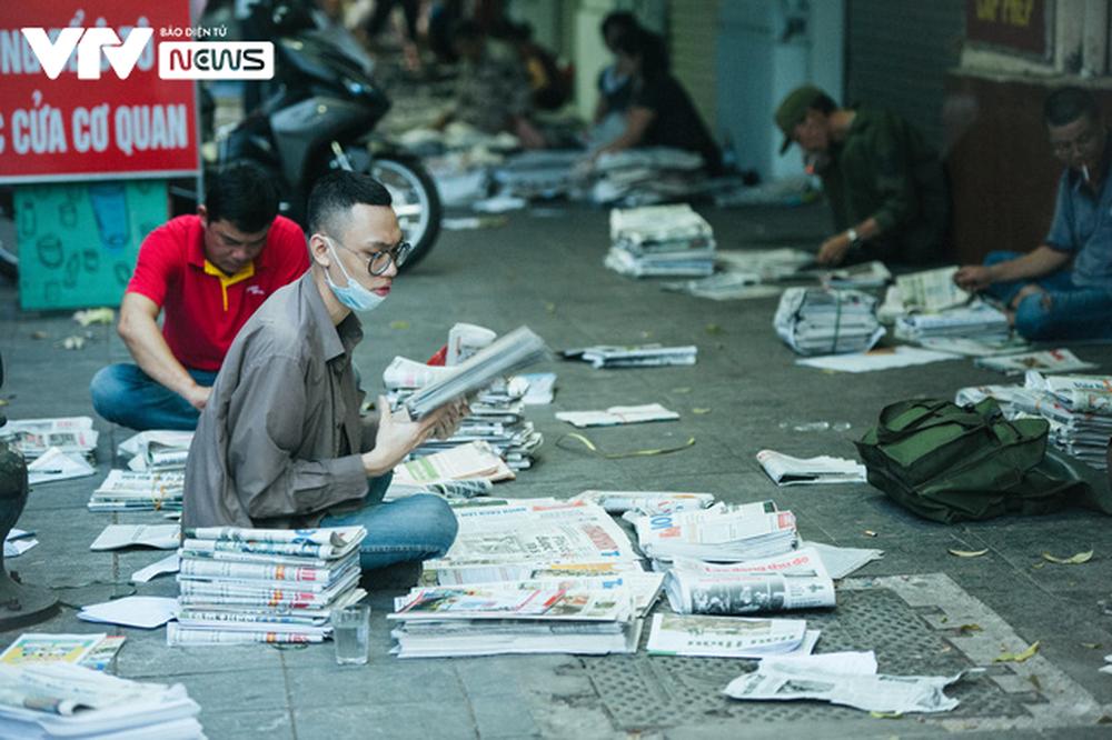 Nhộn nhịp chợ báo giấy mỗi sáng ở Thủ đô - Ảnh 7.